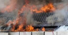 grafika przedstawia pożar źle zamontowanej instalacji fotowoltaicznej